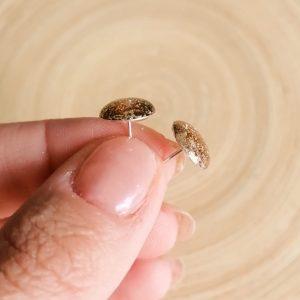 Náušnice z pryskyřice imitují sklo.